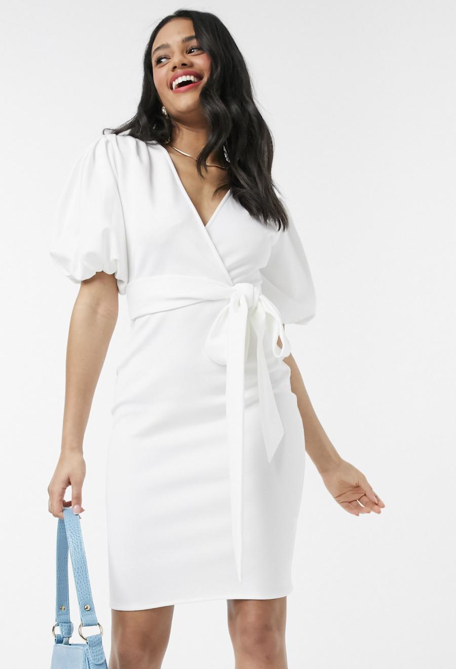 Vestido de tubo con diseño cruzado y manga abullonada en blanco de Laced In Love
