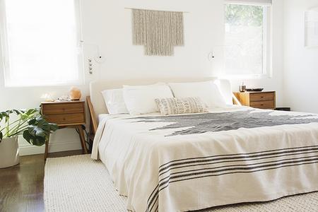 """Antes y después: un dormitorio que se pasa al """"total white"""" camuflando lámparas y ventiladores de techo"""