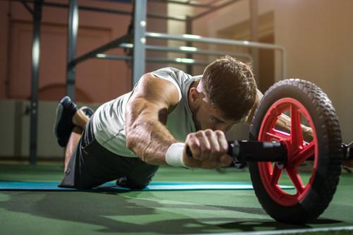 Pon en forma todo tu cuerpo con una rueda abdominal: siete ejercicios que no solo trabajan tus abdominales