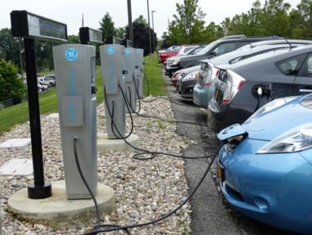 Estos cargadores de GE saben cuándo es el mejor momento para recargar el coche eléctrico sin disparar la factura