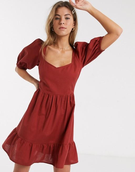 Vestido corto rojo de mangas abullonadas