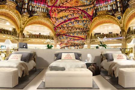 Vuela a París, duerme gratis en las Galerías Lafayette y compra antes que nadie en las rebajas