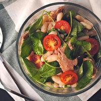 Ensalada de alubias con berros, cherry y ventresca: receta saludable
