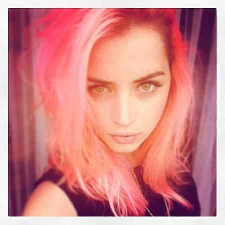 ¿Te atreves con el pelo rosa? Ana de Armas ¡sí!