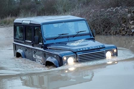 Land Rover Defender Eléctrico, un curioso prototipo que vadea ríos camino de Ginebra
