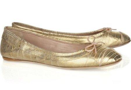 La versión más llamativa la vemos con Reed Krakoff en unas bailarinas  doradas por 700 85e677de2b5f