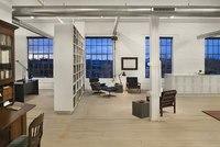 Crea un despacho dentro de un loft utilizando una librería