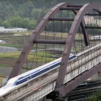 Hay un tren de récord que alcanza casi los 600 kilómetros por hora y lo hace levitando