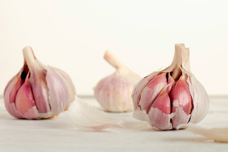 El truco definitivo para que el ajo no pique ni repita, pero conserve todo su aroma y sabor (y no es quitar el germen)
