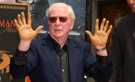 Michael Caine pone sus huellas en Hollywood