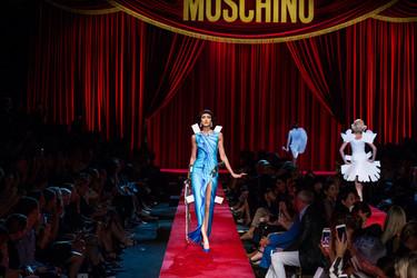 Jeremy Scott se lo pasa pipa y nos hace soñar con las Paper Dolls de Moschino de tamaño natural durante la Milán Fashion Week