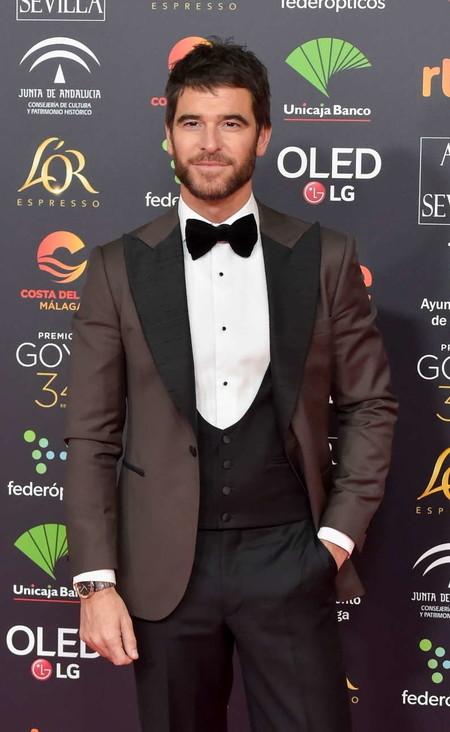 Alfonso Bassave se decanta por un tono marrón para su look en los Premios Goya 2020