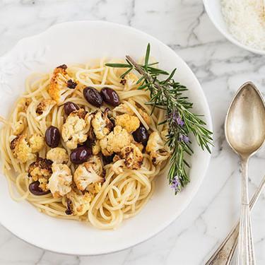 Espaguetis con coliflor picante y olivas negras: receta de pasta fácil