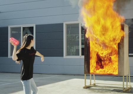 Samsung creó un florero que también sirve como extintor desechable para apagar incendios en el hogar