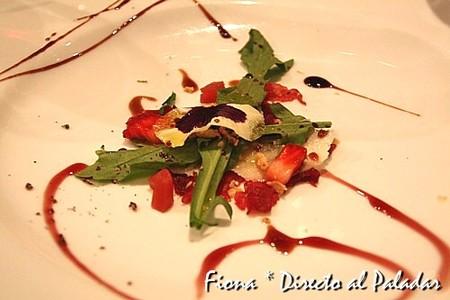 Carpaccio de canguro con parmesano, récula, gelatinas de vino y pétalos
