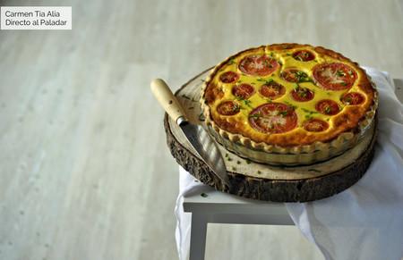 Tarta salada de tomate y tres quesos: receta para una cena de verano