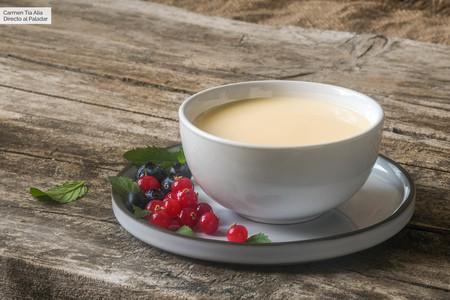 Crema inglesa: qué es, cómo se hace y para qué se usa (y 13 postres que mejoran con ella como acompañamiento)