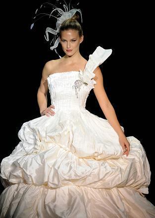 Bar Rafaeli vestida de novia en el desfile de Puerta de Europa de Madrid