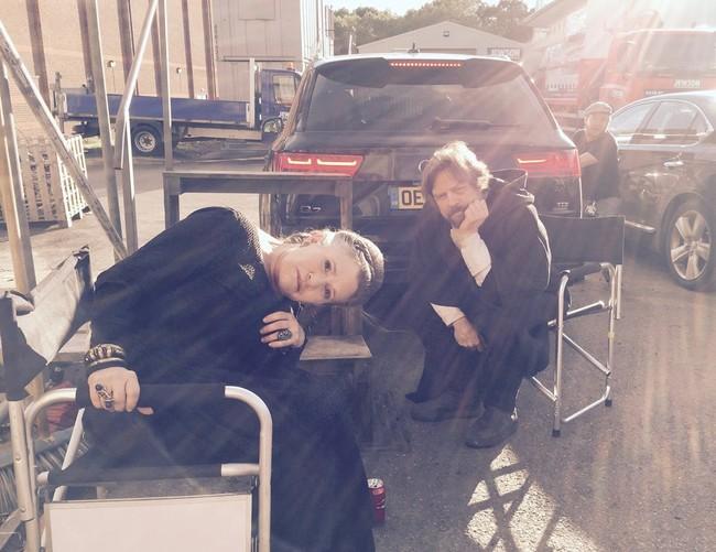 Carrie Fisher y Mark Hamill en el set del Episodio VIII