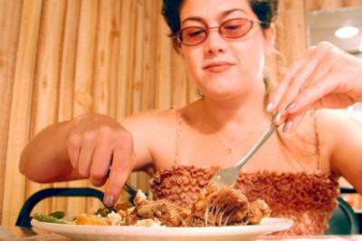 Para comer menos, utiliza los cubiertos