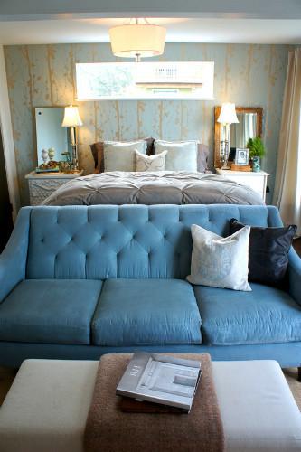 Un dormitorio azul y dorado