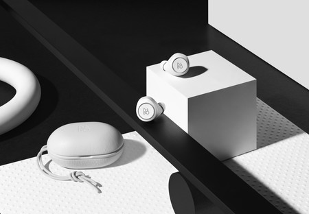 La nueva edición limitada de BEOPLAY E8 All Black and All White: sonido supremo con diseño minimalista