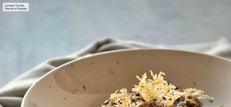 Risotto de ajo negro con crujiente de Parmesano. Receta para enamorar