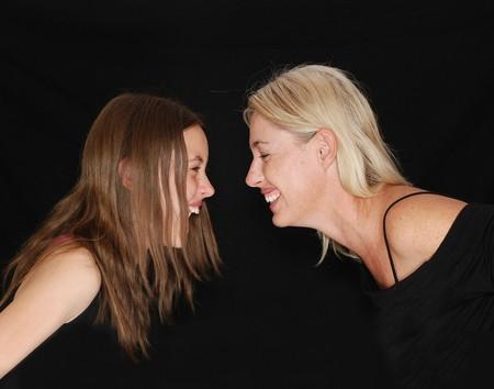 madre e hija cara a cara divertidas