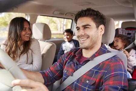 Cómo entretener a los niños durante los viajes en coche: 15 canciones, juegos y actividades