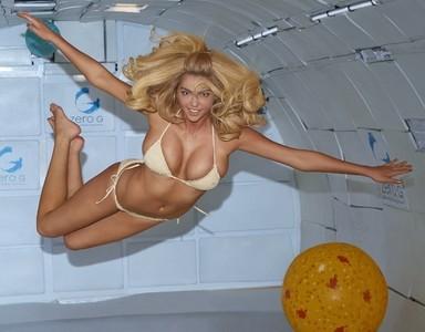Desafiando la gravedad, o al menos intentándolo, <em>by</em> Kate Upton