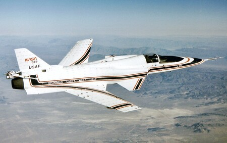 Así era el Grumman X-29, el sorprendente caza de combate que se atrevió a volar con alas en flecha invertida