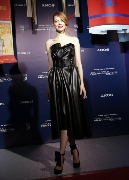 emma stone vestido cuero negro