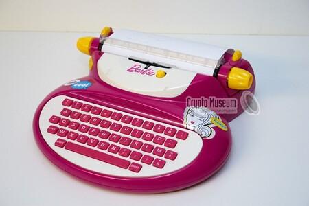 Modelo de la máquina escribir de Barbie E-118 vendida por Mattel.