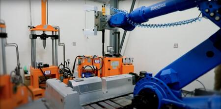 Este robot desmonta de manera automatizada la batería usada de un coche eléctrico para su reutilización