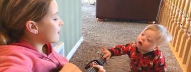 El precioso vídeo de un niño de dos años con síndrome de Down, cantando junto a su hermana mayor