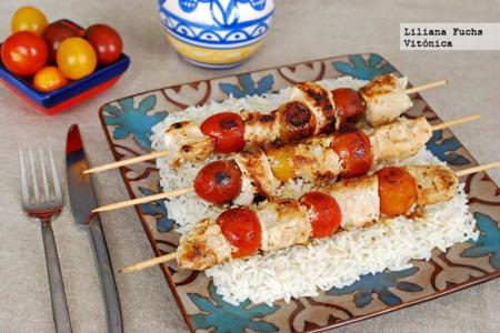 Brochetas de pavo y tomatitos al yogur. Receta saludable