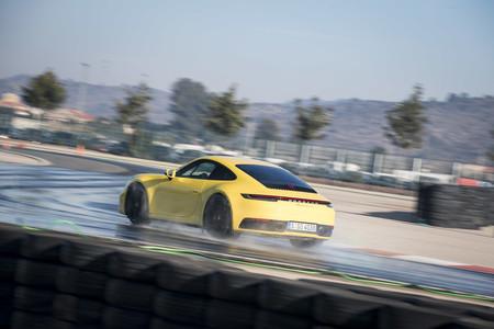 Porsche 911 992 en agua