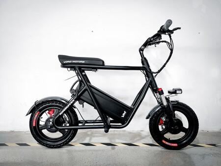 Parece de juguete, pero esto es una moto eléctrica con tracción total, 80 km de autonomía y cabe en el maletero de un coche
