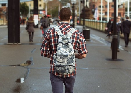 camisa cuadros y mochila