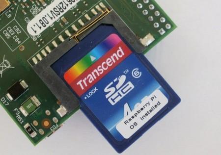 La imagen va grabada en la tarjeta SD, que actúa como el disco duro de nuestra Raspberry Pi