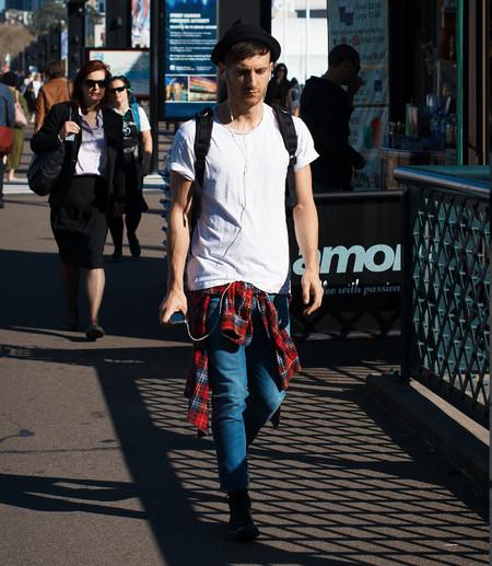 street-style mochila y camisa
