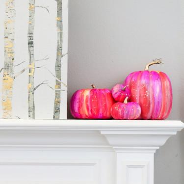 Hazlo tú mismo: calabazas de Halloween pintadas con tinta de alcohol y detalles en dorado