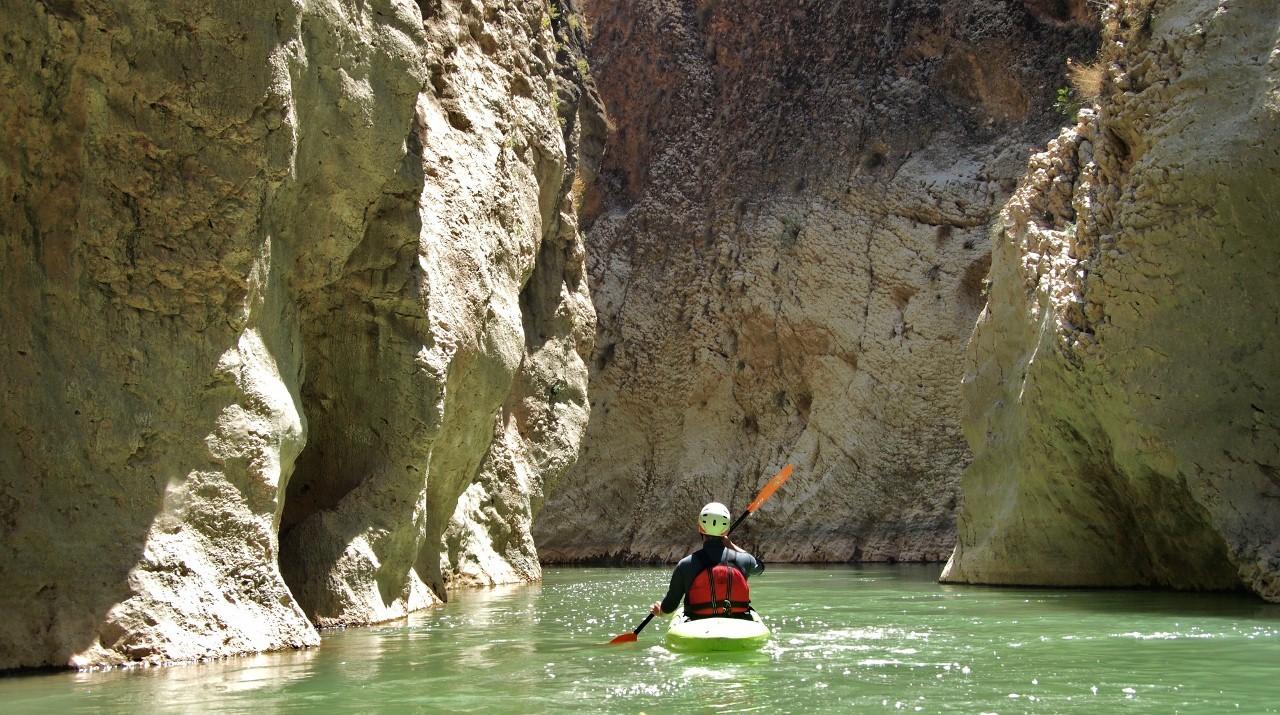 persona haciendo kayak en el cañon rio la venta