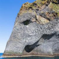 El elefante de roca basáltica en la isla de Heimaey (Islandia)