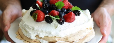 Pavlova de natas y berries. Receta de postre