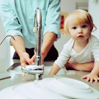 Pensando en la salud de los niños es mejor lavar los platos a mano que con el lavaplatos