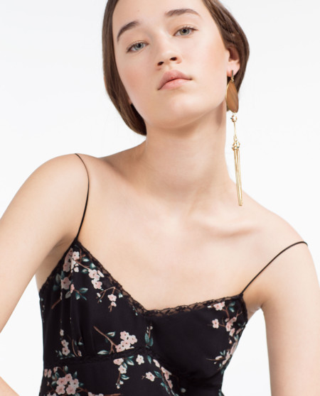 Zara lanza su colección Primavera verano 2016: colores invernales y gente comprando en las rebajas. ¿Tenemos que explicarte más?