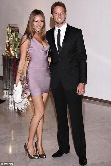 Jenson Button y Jessica Michibata celebran la victoria en Mónaco