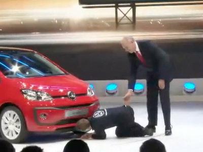 """""""Disculpen, tengo el nuevo software trucado"""", e interrumpe la presentación de Volkswagen en Ginebra"""