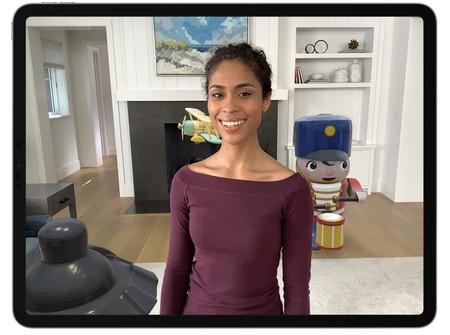 Oclusión de personas con ARKit 3.0. La chica delante de los objetos virtuales, los tapa.